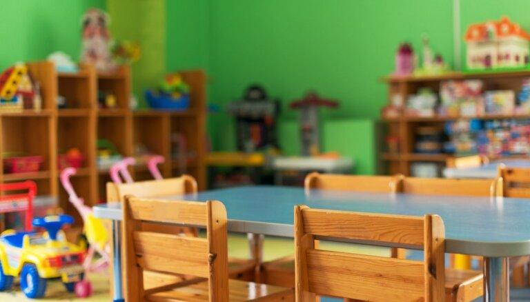 Latviešu grupiņas bērnudārzos – diskusijā Saeimā atklājas, ka pašvaldības nepilda likumu