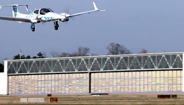 Vācijā patstāvīgi nosēžas lidmašīna