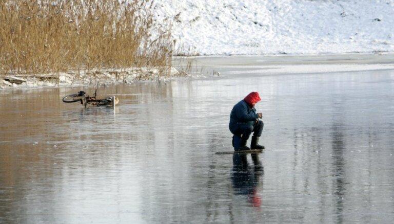 Ugunsdzēsēji izglābj uz ledus nokļuvušu suni un veic pārrunas ar zemledus makšķerniekiem