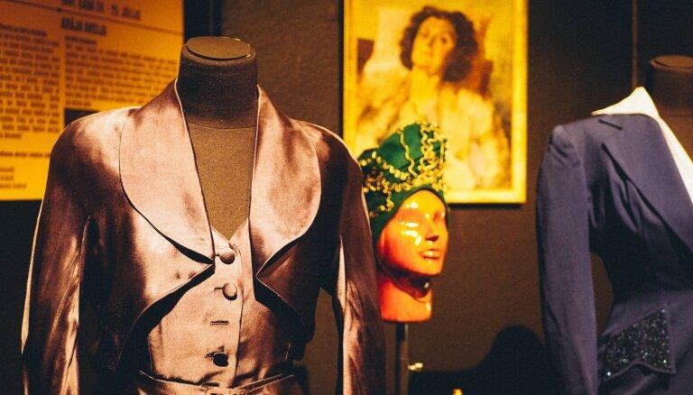 Foto: Otrā pasaules kara laika modes pērles un Evas Braunas kleita Liepājas muzejā
