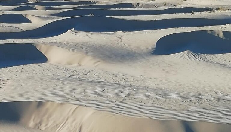 Pludmale kā 'Sahāras tuksnesis' – liepājnieci pārsteidz vēja radītie smilšu veidojumi