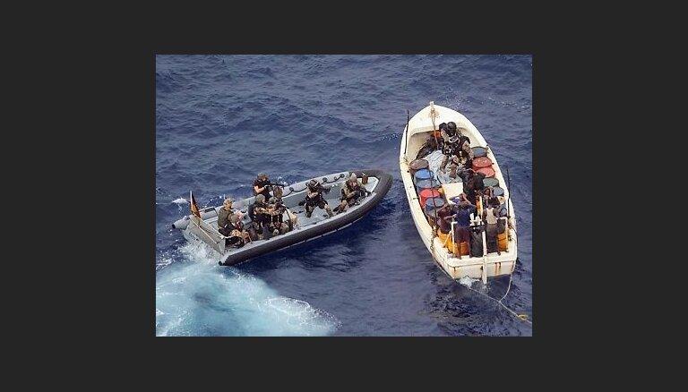 Nigērijas kara jūrnieki ieņem pirātu nolaupīto Singapūras tankkuģi