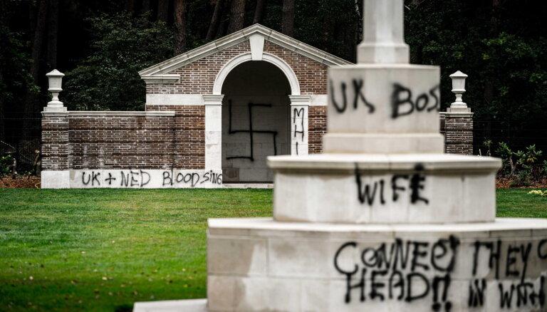 Nīderlandē ar svastikām apķēpāti britu karavīru kapi