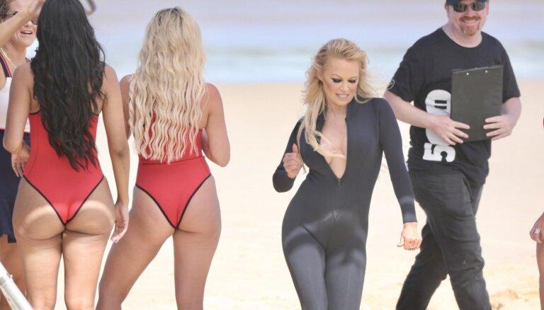 Paparaci foto: Pamela Andersone valdzina reklāmas filmēšanā pludmalē