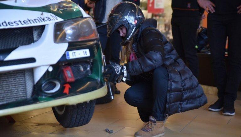 Foto: Dāmas mācās nomainīt auto riteni profesionālu rallija pilotu vadībā