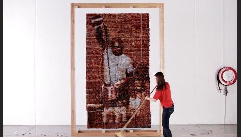 Video: Māksliniece veido portretus no tējas maisiņiem