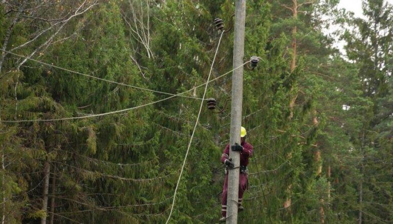 Из-за сильной бури латвийцев призывают быть очень осторожными вблизи линий электропередач