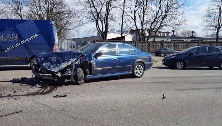 Daugavgrīvas ielā avarējuši divi auto