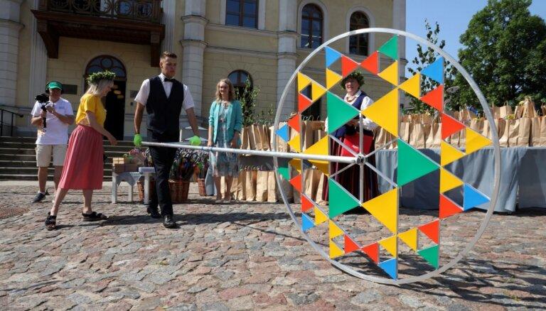 Foto: Kurzemē sākas 'Saulesvija' - pirmais pandēmijas laika Skolēnu dziesmu svētku notikums