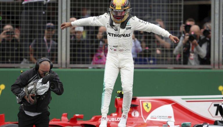 Mājinieks Hamiltons izcīna Silverstounas Lielās balvas 'pole position'