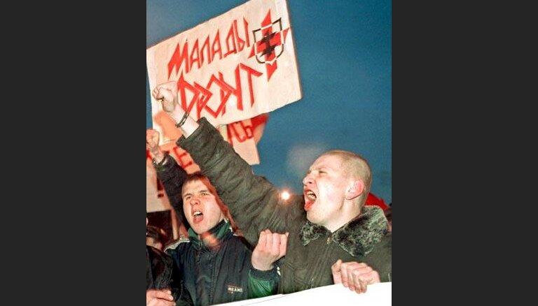 Minskā tūkstošiem cilvēku protestē pret Lukašenko