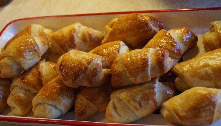 Elementārie rauga mīklas pīrādziņi ar kūpinātas gaļas pildījumu