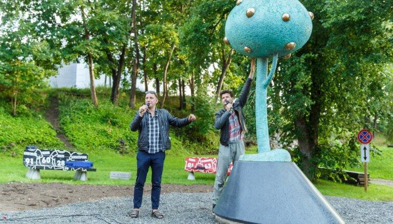Foto: Skrastiņš un Daudziņš Valmierā atklāj 'Krodera ābeli'