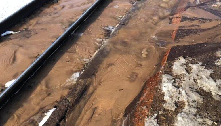 Aculiecinieka video: Vagonu parka stacijā pludo perons un sliedes