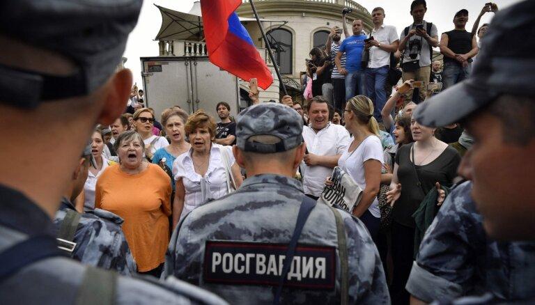 Maskavā žurnālista Golunova atbalsta gājiena laikā aizturēti vairāk nekā 400 cilvēki
