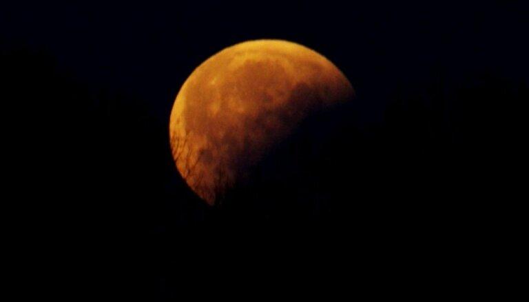 Foto: No sārta līdz spoži baltam – Mēness aptumsums Bolderājā