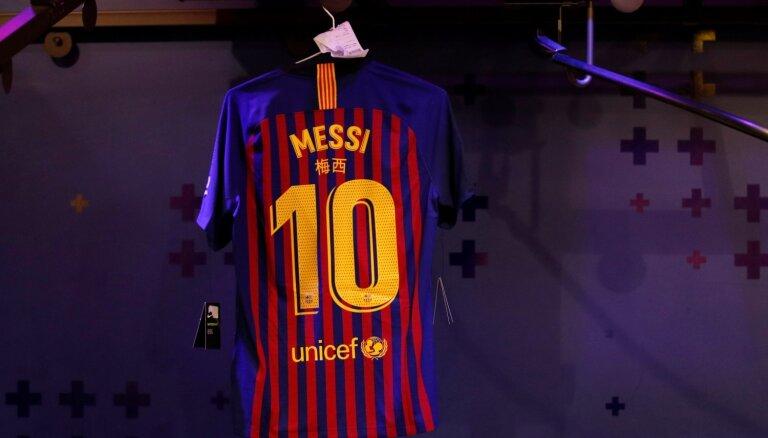 Video: Drosmīgs solis - Mesi fans ar 'Barcelona' krekliņu 'Real Madrid' tribīnē
