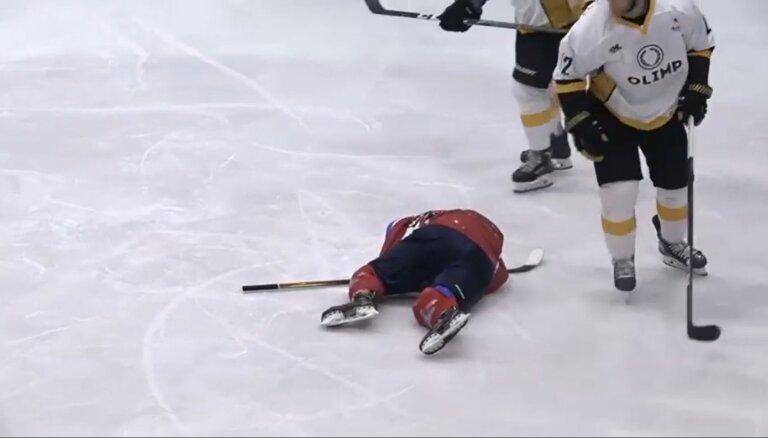 Video: Bijušais izlases hokejists Širokovs diskvalificēts par sitienu pa kājstarpi