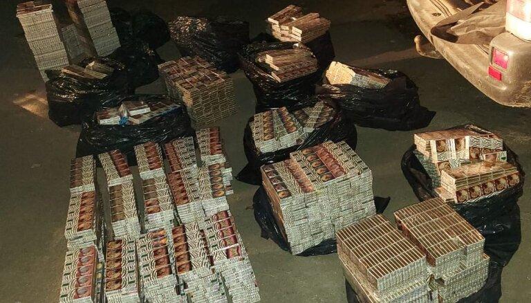 Foto: Policija uziet maisiņus ar metamfetamīnu un nelegālas cigaretes