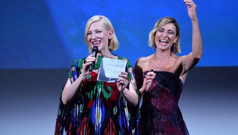 Venēcijas kinofestivāla 'Zelta lauvu' saņem amerikāņu drāma 'Nomadland'