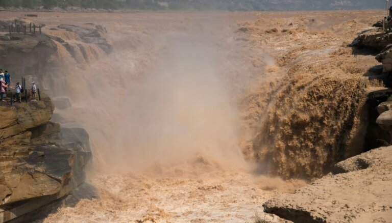 Otrs lielākais valstī un iekrāsojies dzeltenā krāsā – iespaidīgais ūdenskritums Ķīnā
