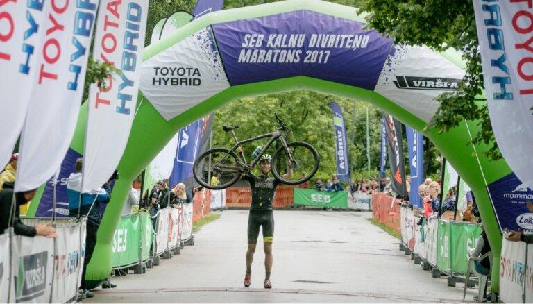 SEB MTB maratona Kuldīgas posmā dubļainajā trasē uzvaras svin Flaksis un Jaunslaviete