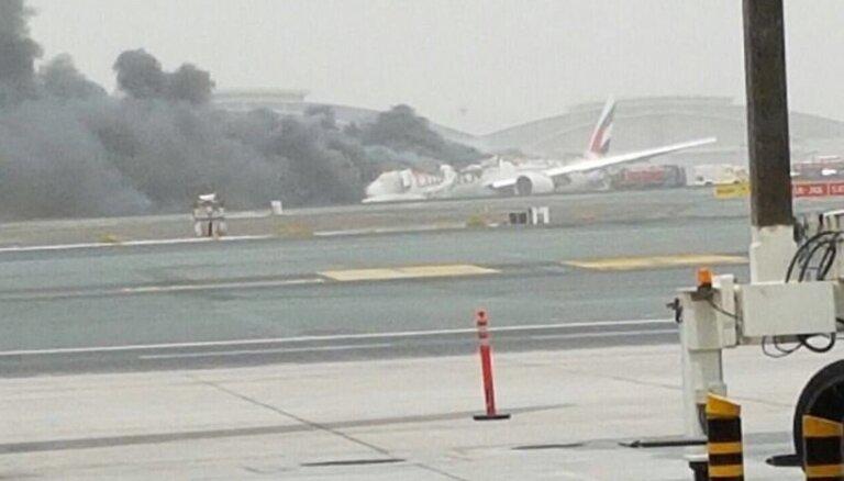 Dubaijā pasažieru 'Boeing 777' veic ārkārtas nolaišanos un aizdegas