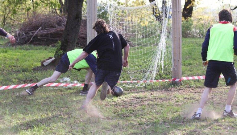Foto: Radio 'Naba' komanda futbola spēlē sagrauj 'Pieci.lv'