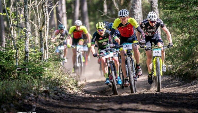 Foto: Lieliskos apstākļos sākas 'Latvijas valsts mežu' MTB maratona sezona