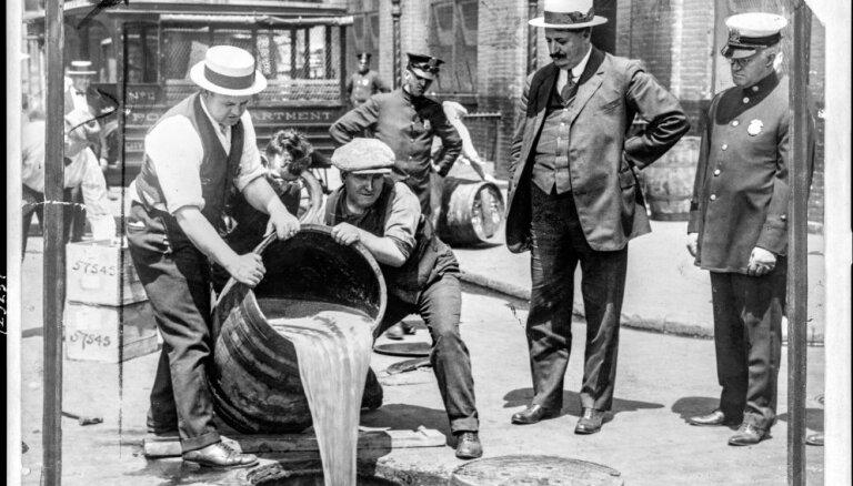Vēsturiski foto: Pirms 100 gadiem ASV pieņēma 'sauso likumu'