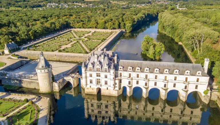 Vēsturiski bagātas un greznas pilis, ko ieskauj ūdens