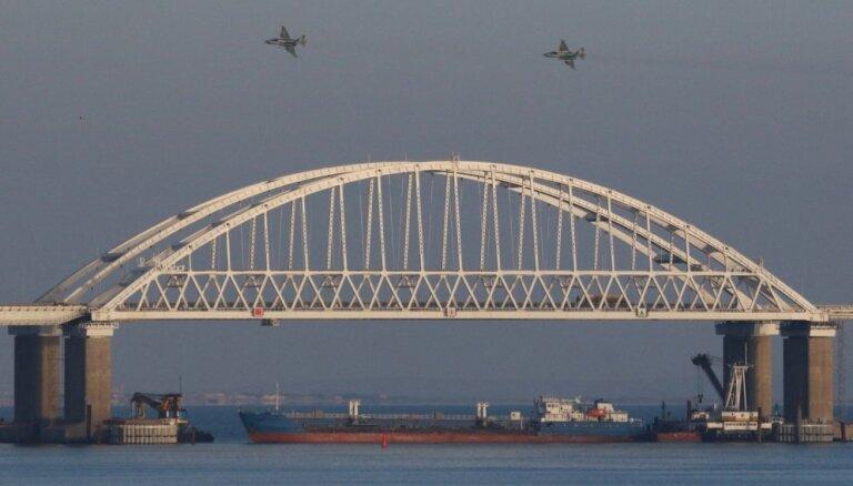 Krievijas robežsargi atklājuši uguni uz Ukrainas kuģiem, trāpot diviem bruņu kuteriem