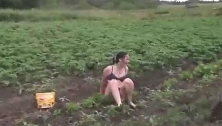 Video: Skandalozā Aija Dembovska tiek ierauta 'Lauku sētas' pirmajā scēnā