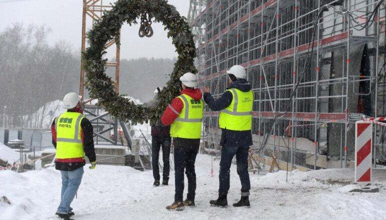 Foto: Tirdzniecības parka 'Alfa' jaunajai piebūves ēkai nosvinēti spāru svētki