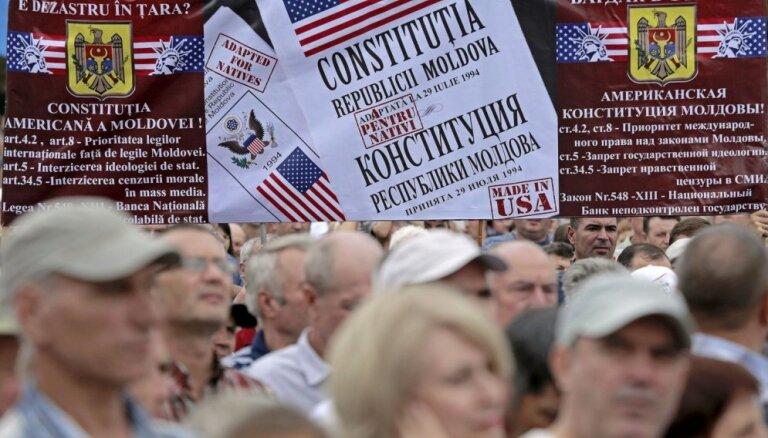 Foto: Miljarda eiro pazušana – Moldovā tūkstošiem cilvēku pieprasa prezidenta atkāpšanos