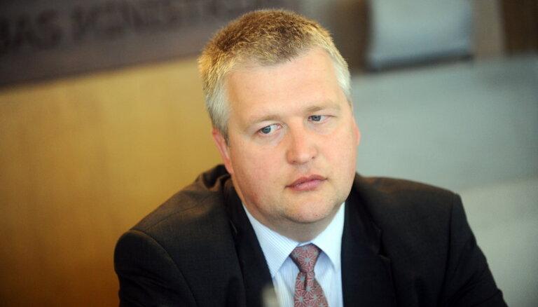 Aizrotētais VM valsts sekretārs Lapiņš jaunajā amatā strādāt vēl nesāk