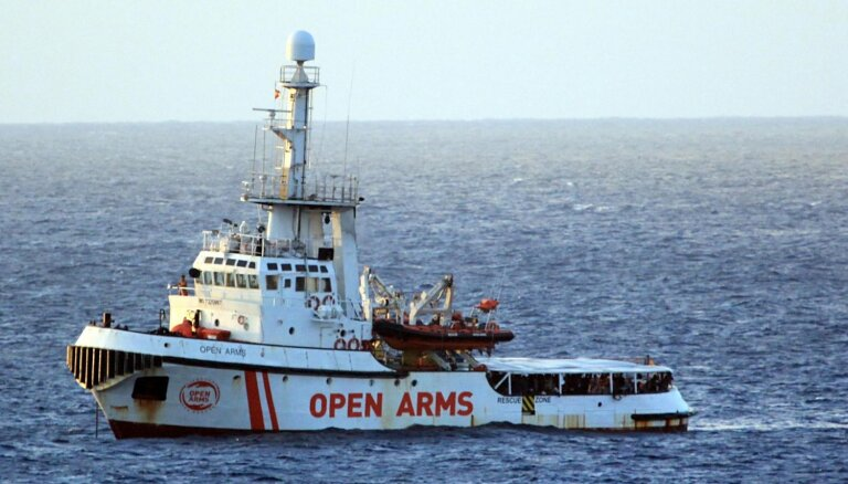 Itālijas prokuratūra liek izsēdināt krastā kuģa 'Open Arms' atvestos nelegālos imigrantus