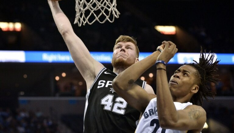 Bertāns vēlreiz sāk spēli starta pieciniekā un iemet 11 punktus 'Spurs' uzvarā