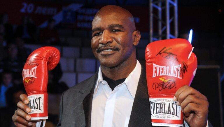 Holifīlds 58 gadu vecumā atgriežas ringā