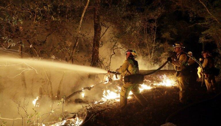 Kalifornijā atkal plosās savvaļas ugunsgrēki