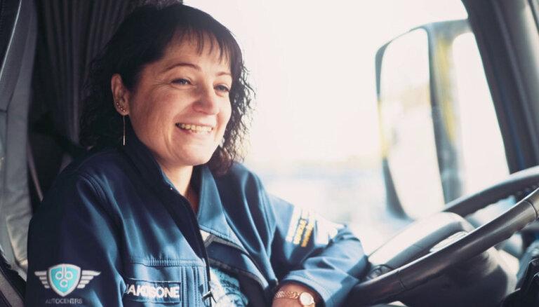 Latvijā pirmā sieviete pie autovedēja stūres