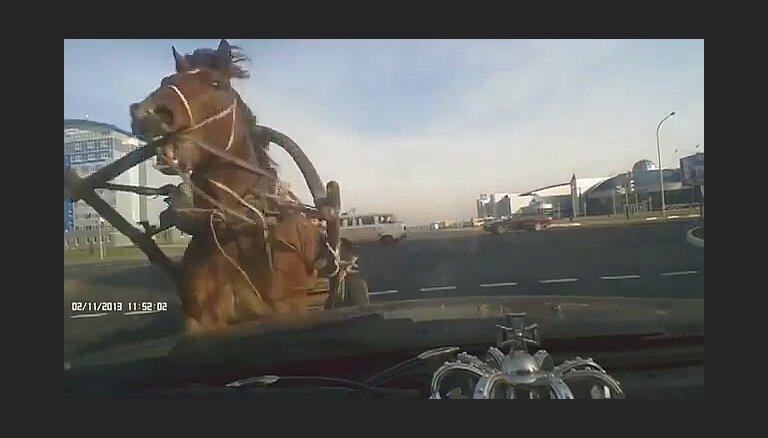Video: Baltkrievijā zirga pajūgs 'neizņem līkumu' un taranē auto