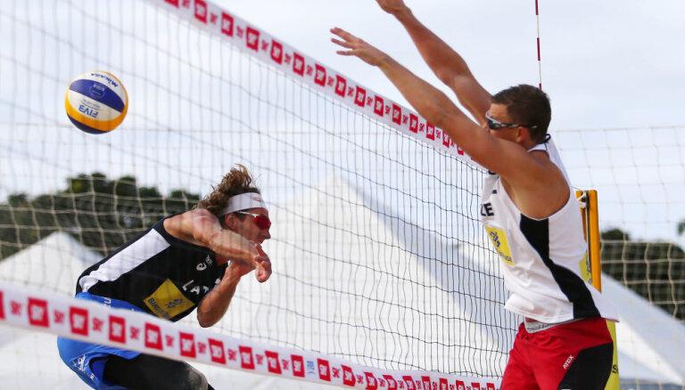 Abi Latvijas vadošie pludmales volejbola dueti zaudē PK piecu zvaigžņu posma astotdaļfinālā