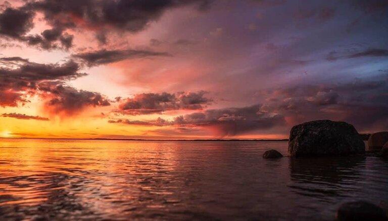 Волшебные ФОТО: Оранжевый закат над озером Разнас