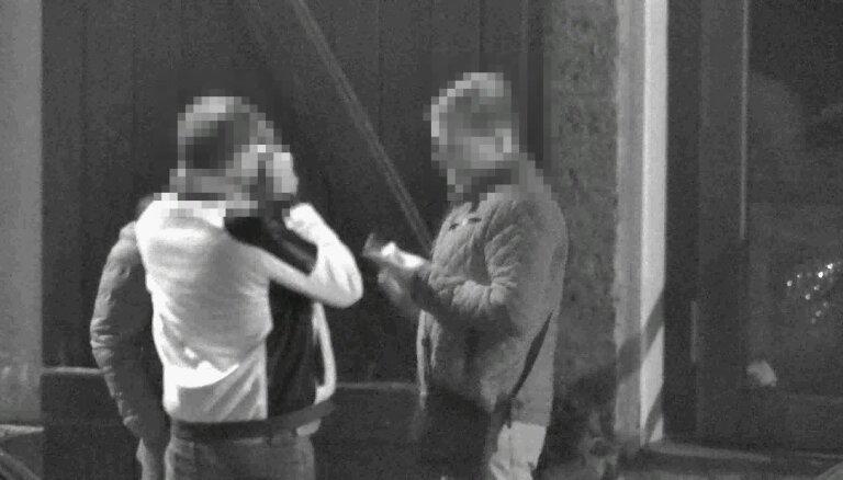 В Вецриге задержали приятелей, нюхавших на улице кокаин