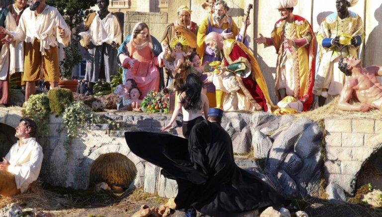 ФОТО: Полуголая активистка Femen пыталась выкрасть Иисуса из вертепа