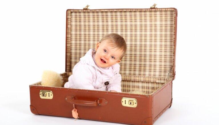 Jautājums un atbilde: kad mamma strādā ārzemēs – kur labāk bērnam dzīvot?