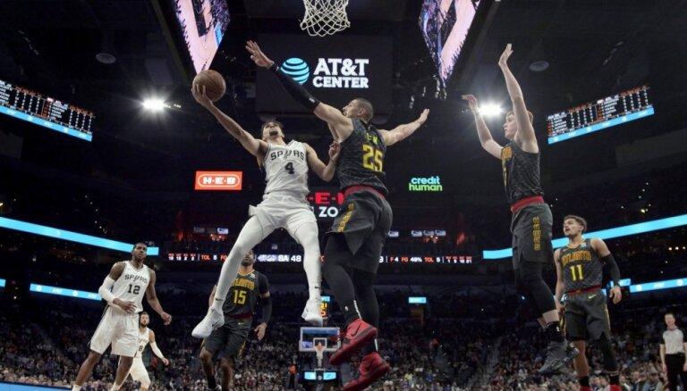 Bertānam pieticīgs sniegums 'Spurs' uzvarā pret 'Hawks'