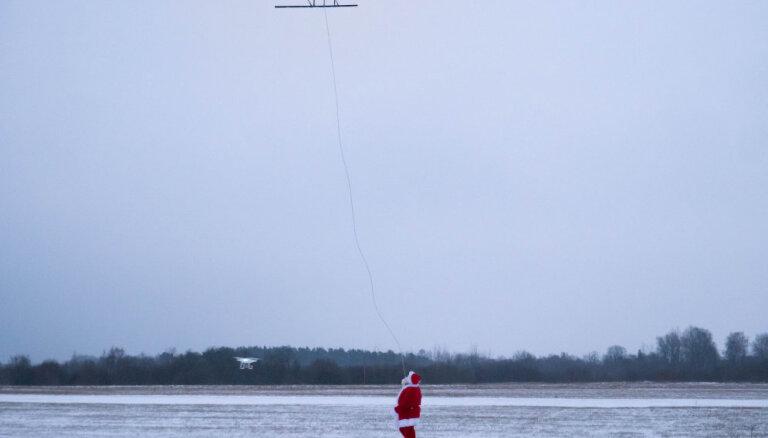 Video: Ziemassvētku vecītis 'vizinās' ar bezpilota lidaparātu