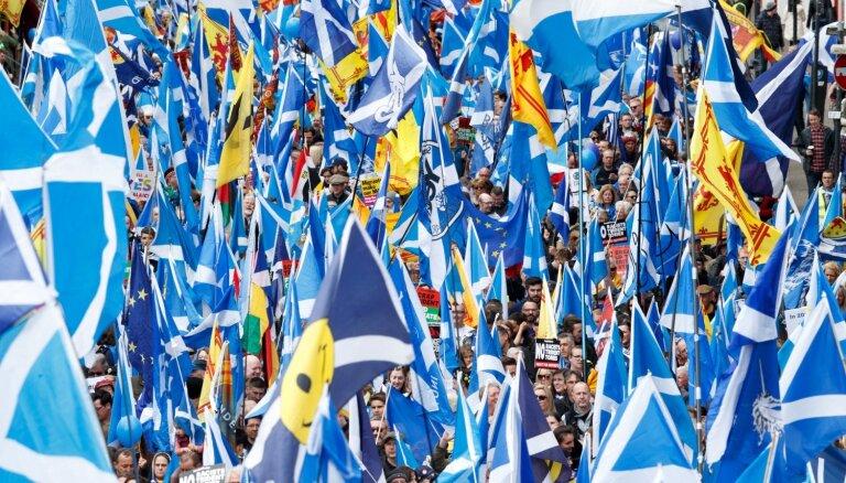 Vairāk skotu referendumā atbalstītu neatkarību, liecina aptauja